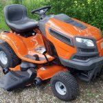 Užitek v vožnji z vrtnim traktorjem Husqvarna YTH24V48 24 HP